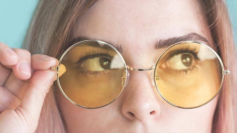 Augenringe mit Brille kaschieren