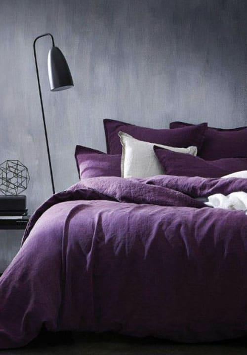 Schlafzimmer in Lila einrichten (Wandfarbe & Möbel)